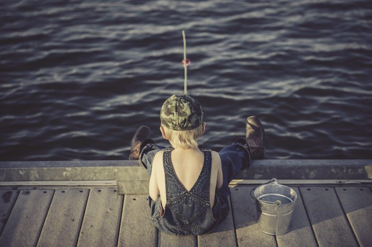 un enfant qui pratique la pêche