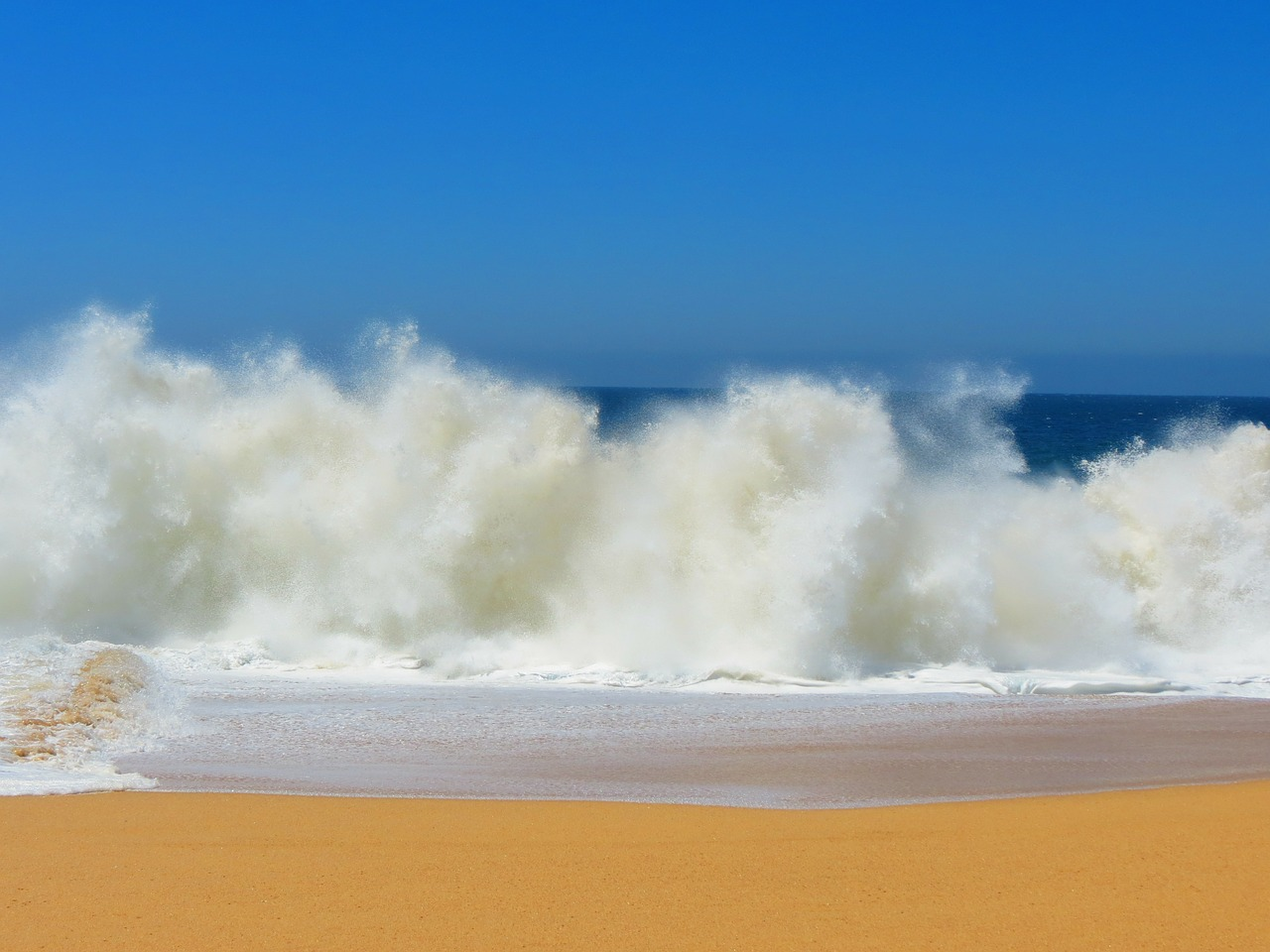 une belle plage d'europe avec une vague