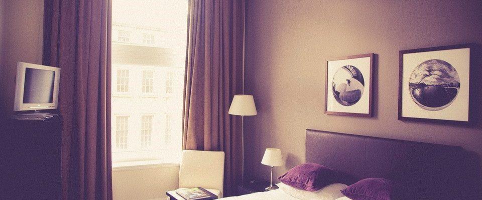 un lit d'hôtel avec des punaises de lit