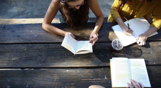 des jeunes filles apprenant l'anglais