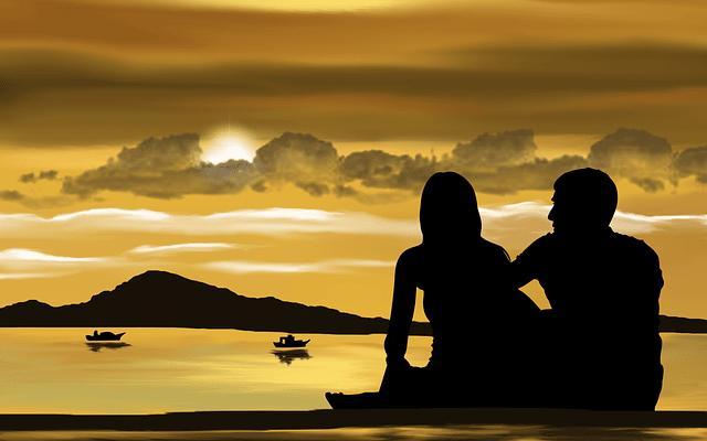 un couple amoureux à la plage