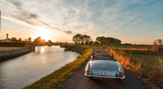 une voiture le long du canal
