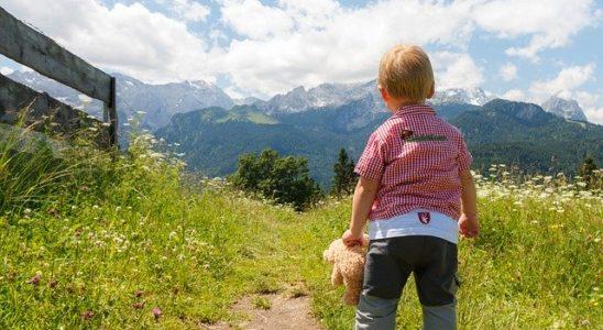 enfant sur un chemin de rando