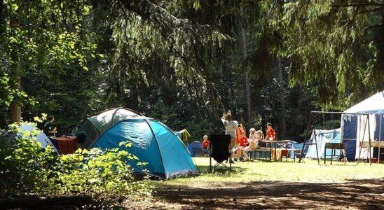 des enfants jouant au camping